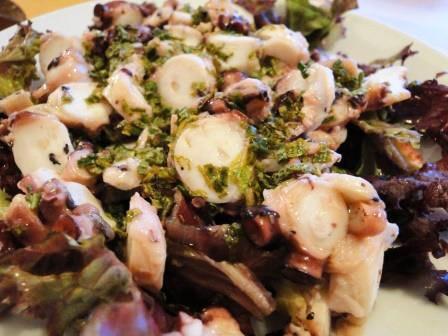 Hobotnica v solati z zelišči